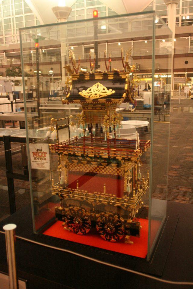 写真:デンバー国際空港に展示されている屋台のオブジェ